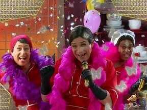 Empregadas de Avenida Brasil também querem ser empreguetes - Zezé, Nina e Janína gravam uma paródia do clipe das empreguetes e almejam o sucesso