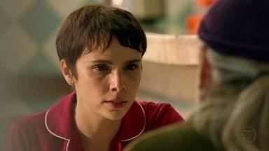 Nina chama Lucinda de traidora - A catadora fica arrasada quando Nina a acusa de ser cúmplice de Carminha e responsável pelo sofrimento de Jorginho