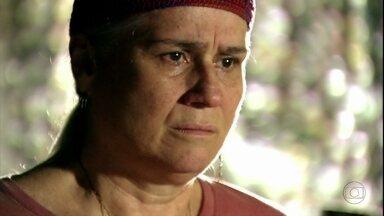 Lucinda confirma suspeitas de Jorginho - O jogador fica arrasado ao descobrir que foi Carminha quem o abandonou no lixão