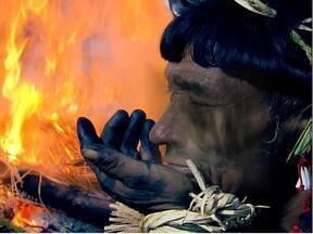 Globo Repórter acompanha o maior ritual indígena brasileiro - O programa visitou um povo que acredita no sobrenatural e prega a harmonia do homem com a natureza. Tudo é retirado da floresta amazônica, as roupas, os utensílios e os instrumentos musicais.