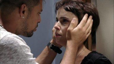 Nina diz a Jorginho que tem namorado e o manda embora - Ela chora e sofre