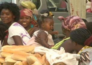 Em Luanda, sete em cada dez pessoas moram em favelas - Na África, a população vivendo em favelas dobrou em 15 anos e já chega a 200 milhões de pessoas. Em Luanda, está sendo construído o maior projeto habitacional do continente para 100 mil habitantes. Nos EUA, casas foram construídas de forma inusitada.
