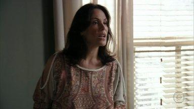 Alexia decide se casar com Cadinho - A socialite provoca Noêmia e Verônica, que ficam indignadas com a notícia. Paloma comemora a decisão da mãe