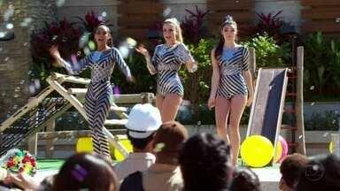 Cap 20/6 - Cena: As Empreguetes arrasam no Condomínio Casa Grande - A praça fica lotada de fãs.