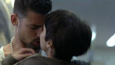 Jorginho beija Nina em público - A cozinheira pede mais um tempo ao jogador, que a pressiona para saber se pode ter esperança de os dois ficarem juntos