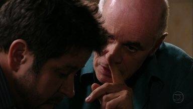 Leleco incentiva Tufão a investir em sua paixão - O pai fica surpreso com a revelação do filho e pergunta se ele está pensando em voltar para a mansão por causa de Nina