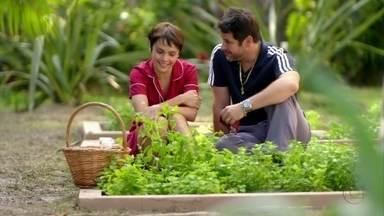 Tufão diz a Nina que ela pode contar com ele - O ex-jogador oferece apoio à cozinheira, que agradece a gentileza