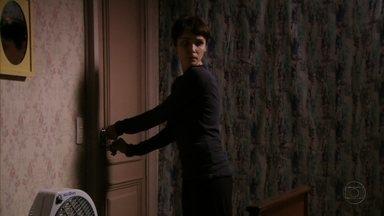 Nina esconde Lúcio no armário de seu quarto - Na sala com toda a família, Carminha desconfia de Max.