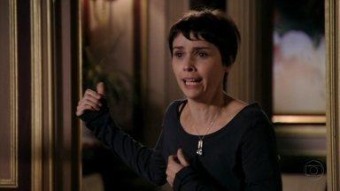 Nina arma fuga de Lúcio - Adauto encontra Janaína presa no lavabo, e diz que não viu o rosto do bandido. Carminha e Max trocam olhares. Nina afirma que viu alguém fugindo pelo muro e se vangloria para Max
