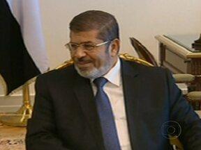 Novo presidente do Egito deve tomar posse até sábado (30) - Mohamed Mursi foi ao Palácio Presidencial para dar início à transição e prometeu montar um governo que represente as diferentes visões políticas. O governo americano disse que a vitória de Mursi é um marco histórico.