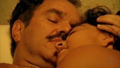 Cap. 28/6 - Cena: Nacib enlouquece com Gabriela - Ela o recebe de toalha. Ele não resiste aos encantos da cozinheira e os dois dormem juntos