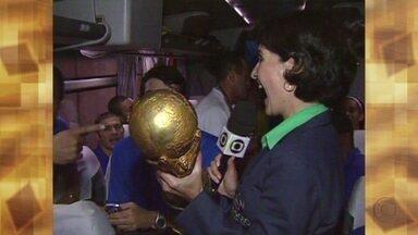 Fátima relembra a emoção de segurar a taça conquistada pelo Brasil - Apresentadora entrou no ônibus da seleção e entrevistou Ronaldo Fenômeno