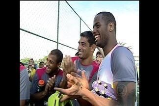 Globo Esporte DF: Vascaínos se despedem de Allan e Rômulo - Jogadores foram vendidos e receberam o aplauso dos companheiros no último treino na equipe