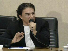 MPF apresenta denúncia contra suspeitos de envolvimento no mensalão do DEM - Na denúncia, o procurador Roberto Gurgel diz que o governo do DF usava dinheiro dos cofres públicos para pagar dívidas fictícias com empresas ligadas ao esquema. O ex-governador José Roberto Arruda é um dos 37 acusados pelo MPF.