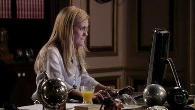 Carminha tenta invadir perfil do filho em rede social - Desconfiando que Jorginho e Rita voltaram a namorar, a megera pede para Nina ajudá-la a descobrir a senha. A cozinheira fica surpresa quando Carminha comenta que falou de Rita para Tufão