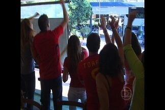 Globo Esporte DF: Torcedores da Espanha fazem a festa em Brasília - Assistindo o jogo em bar vizinho ao dos italianos, espanhois comemoram e até provocam os rivais após o título e a goleada por 4 x 0