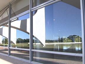 Voo resante de caça da FAB provoca estragos em Brasília - Durante a cerimônia da troca da bandeira, o Mirage passou perto do Supremo Tribunal Federal e quebrou todos os vidros da fachada. No Palácio do Planalto, pelo menos 28 vidros trincaram. Ninguém se machucou.