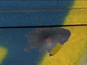 Base da Polícia Militar é atacada na Zona Sul da Capital - Três homens armados passaram de carro e atiraram contra a base. As marcas ficaram no portão de ferro. Durante a fuga, os bandidos trocaram tiros com os policiais. Um dos homens morreu e os outros suspeitos ainda não foram encontrados.