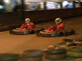 Pistas de kart são boa opção de adrenalina para as férias - Nos kartódromos, os adolescentes podem sair das pistas dos jogos eletrônicos para as pitas reais. Com capacete, macacão e luvas, a sensação de estar numa corrida é maior. O que vale é curtir a velocidade.