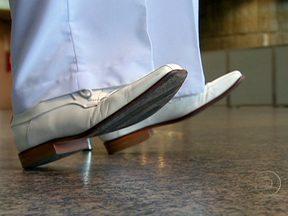 Aprenda exercícios para fazer durante viagens - Ficar muito tempo sem se movimentar pode prejudicar a circulação nas pernas e aumenta o risco de trombose. Fisioterapeuta ensina exercícios para fazer sentado e em pé. Outra dica é viajar com roupas e sapatos confortáveis.