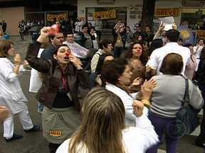Protesto de servidores termina em confusão em Laranjeiras - Os grevistas bloquearam o trânsito em frente ao Hospital de Laranjeiras, na Zona Sul do Rio. Policiais do Batalhão de Choque retiraram os manifestantes do local. A greve já dura 21 dias. A categoria quer aumento de salário.
