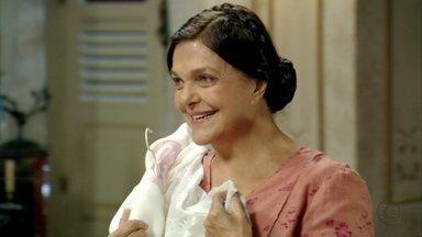 Neia insinua que sabe do caso de sua patroa com Osmundo - Sinhazinha dá roupa e dinheiro para a empregada em troca de seu silêncio