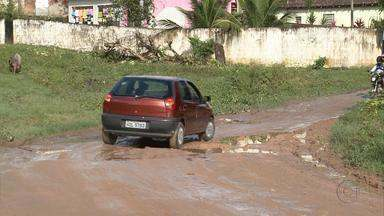 Buracos deixam rua praticamente intransitável na Várzea - Desde maio o Calendário do NETV acompanha situação da comunidade, que ainda enfrenta problemas como mato, animais soltos e muita lama.