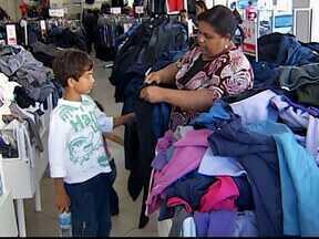 Consumidores de Uberlândia, MG, procuraram lojas para comprar agasalhos - Proprietários das lojas comemoraram queda de temperatura e o aumento nas vendas.