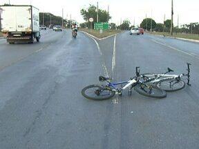 Dois ciclistas são atropelados na Octogonal - Os ciclistas foram atropelados quando entravam na pista do setor gráfico, em direção ao Parque da Cidade. O motorista não fugiu.