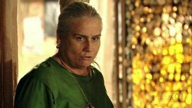 Lucinda resolve ir à casa de Carminha - Preocupada com Nina, ela decide tentar fazer alguma coisa para impedir a vingança de Carminha