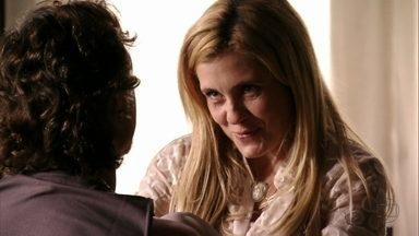 Carminha convida Max para sair - A megera decide comemorar o fim que deu em Nina e faz segredo sobre o lugar onde pretende levar o amante