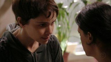 Nina pede ajuda a Janaína - Garantindo que dará uma lição em Carminha, a cozinheira quer que a amiga facilite sua entrada na mansão