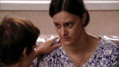 Janaína promete ajudar Nina - Mesmo temendo perder o emprego, ela acaba sendo convencida pela cozinheira