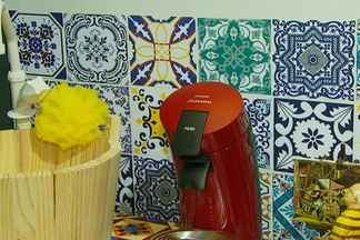 Veja dicas para usar tecidos na decoração - Tecidos podem ser usados para revestir diversos tipos de paredes. Aprenda também a transformar um ralador em relógio.