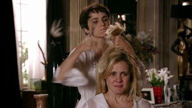 Avenida Brasil - Capítulo de quinta-feira, dia 26/07/2012, na íntegra - Nina penteia os cabelos de Carminha e deixa a patroa aflita