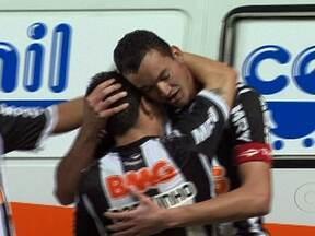 Atlético-MG vence e volta a liderar o Brasileirão - Em Belo Horizonte, o Atlético-MG derrotou o Santos por 2 a 0. Danilinho e Réver fizeram os gols da vitória. Em Barueri (SP), o Bahia venceu o Palmeiras pelo mesmo placar. Souza marcou duas vezes.
