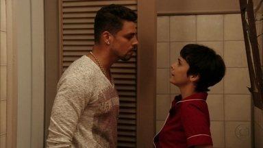 Jorginho pressiona Nina para saber a verdade sobre o passado - A cozinheira diz que na hora certa o jogador e sua família vão saber de tudo. Jorginho diz que não confia em Nina