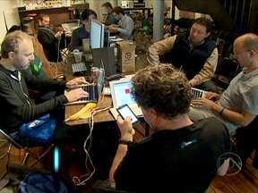 Maratona reúne programadores para criação de aplicativos e programas - Em Nova York, 50 programadores estão participando da maratona. O desafio deles este ano é desenvolver aplicativos que integrem tablets e celulares à tecnologia da nuvem.
