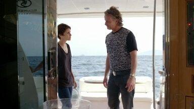 Nina tenta convencer Max de que Carminha o engana - O malandro fica em dúvida com suas palavras