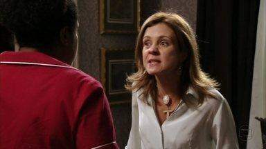 Carminha pede para Zezé ajudá-la a sair da mansão - A megera pula o muro com auxílio da empregada