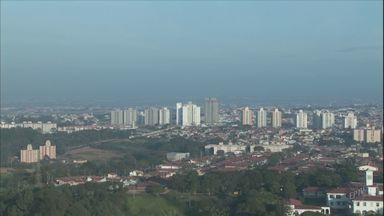 Confira a previsão do tempo para Campinas e região nesta segunda-feira (6) - Confira a previsão do tempo para Campinas e região nesta segunda-feira (6). Frente fria chega ao estado de São Paulo e pode derrubar as temperaturas.