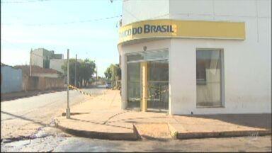 Trio explode caixa eletrônico em Barrinha, SP - Vizinhos observaram ação dos ladrões e chamaram a polícia. Suspeitos fugiram sem o dinheiro.