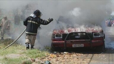 Carro estacionado em via pública pega fogo na Betânia, em Manaus - Veículo ficou totalmente destruído.