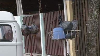 Moradores reclamam da coleta de lixo que está atrasada em Itanhaém - De acordo com os munícipes metade dos bairros está sofrendo com o problema. Segundo o sindicato que representa os funcionários da limpeza urbana, existe um impasse entre a empresa que faz a coleta e a prefeitura.
