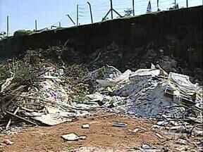 Secretaria do Ambiente vai multar responsável por despejo de gesso em Ecoponto - Uma grande quantidade de gesso foi despejada no ecoponto do Jd. Bandeirantes, zona leste de Londrina. Agora a secretaria do Ambiente vai tentar identificar o responsável.