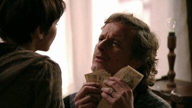 Nina dá dinheiro para Max - A cozinheira garante que Carminha nunca vai abandonar Tufão