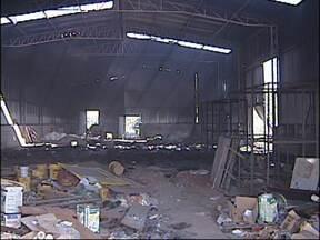 Galpão de armazenamento de madeira pega fogo em Sorocaba, SP - Um galpão de armazenamento de uma distribuidora de tintas pegou fogo na tarde desta terça-feira (7) em Sorocaba (SP). Segundo o Corpo de Bombeiros, o incêndio começou depois que alguém colocou fogo em um monte de lixo ao lado do depósito.