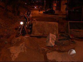 Moradores de Sussuarana interditam rua por causa de buracos - Eles resolveram se unir para impedir a passagem dos carros e evitar acidentes.