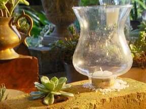 Aprenda a fazer um mini jardim decorativo - Designer floral ensina a fazer um arranjo decorativo usando um tijolo, uma planta e uma vela. O resultado é uma peça de decoração criativa e fácil de fazer.
