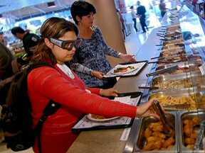 Óculos especiais monitoram escolha de alimentos - Não é fácil fazer escolhas saudáveis com tentações pela frente. Mas o que dizem nossos olhos na hora de montar o prato? Para descobrir, o Bem Estar fez um teste com óculos muito especiais.